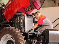 Ana Kelly Viuves integra a equipe de mecânicos da Agritex Comercial Agrícola, concessionária Case IH