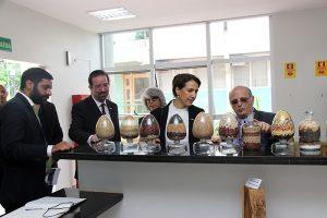 Acompanhada do diretor de P&D, Celso Moretti, e do chefe geral José Manuel Cabral, ela conheceu o Banco Genético da Embrapa - Foto: Claudio Bezerra