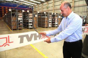 Na foto, Marco Augusto, diretor geral da TVH no Brasil, corta a fita de inauguração do novo Centro de distribuição da empresa